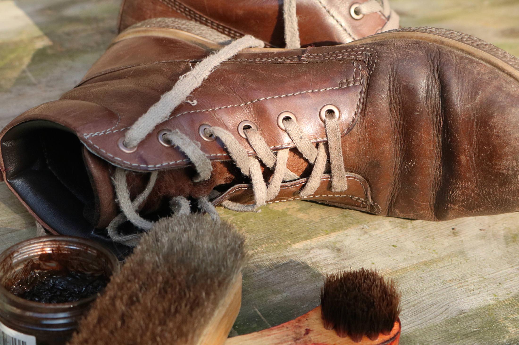 da2874db49fbd 革靴についたキズをキレイに修復したい! クリームを使ったお手入れ方法 MENS LEATHER MAGAZINE メンズレザーマガジン
